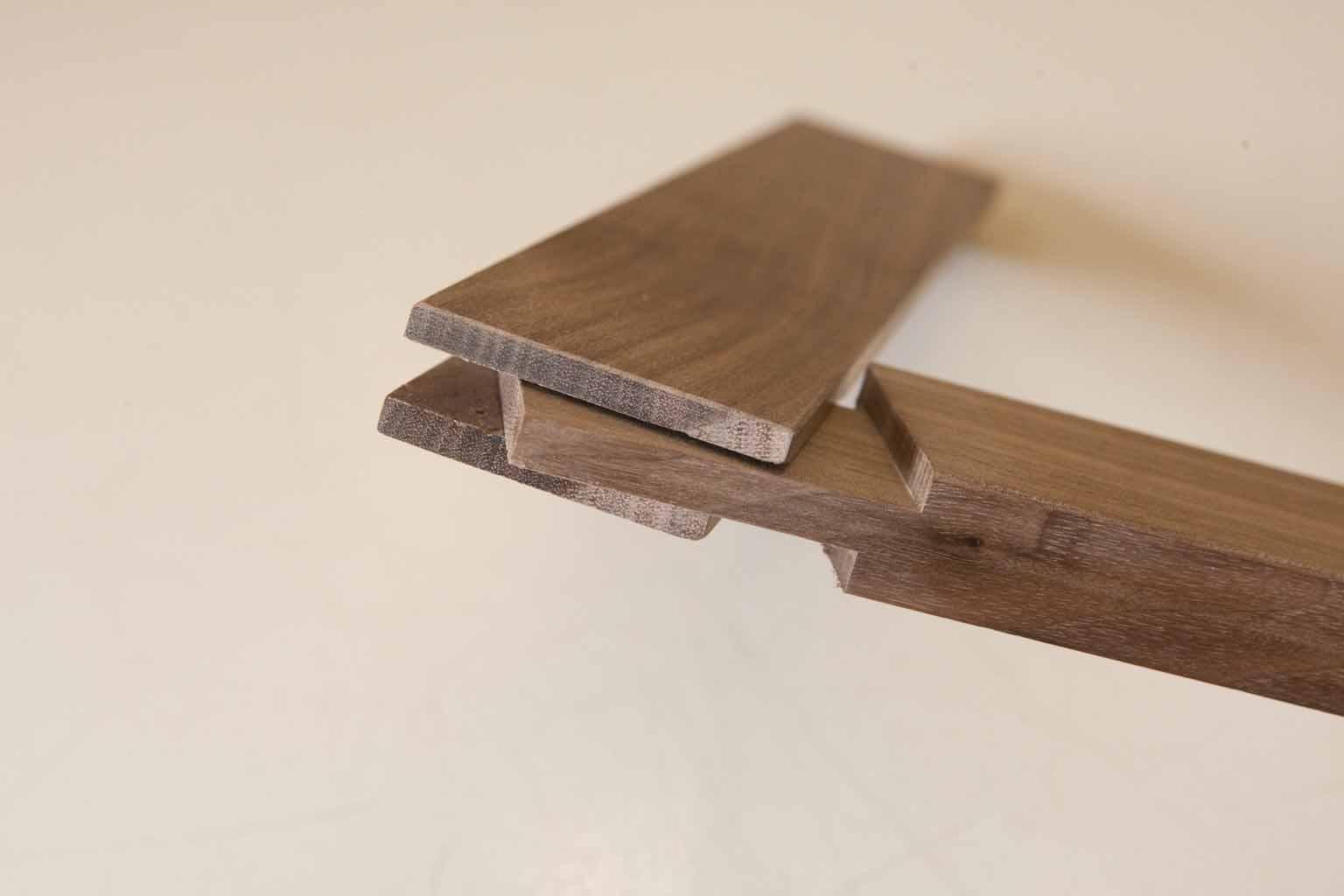 Cornice in legno di noce spinata